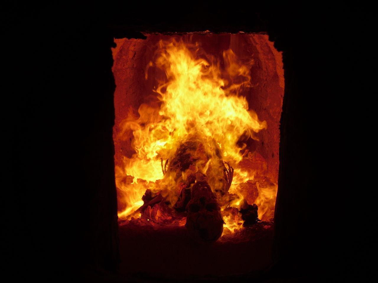 1280px-Verbrennung_eines_Toten_in_einem_Krematorium_2009-09-05
