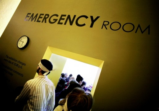 People at the entrance of an emergency room