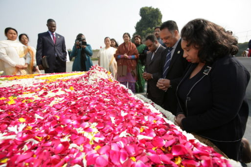 Jesse Jackson and his family visit Gandhi's grave as a memorial to his life